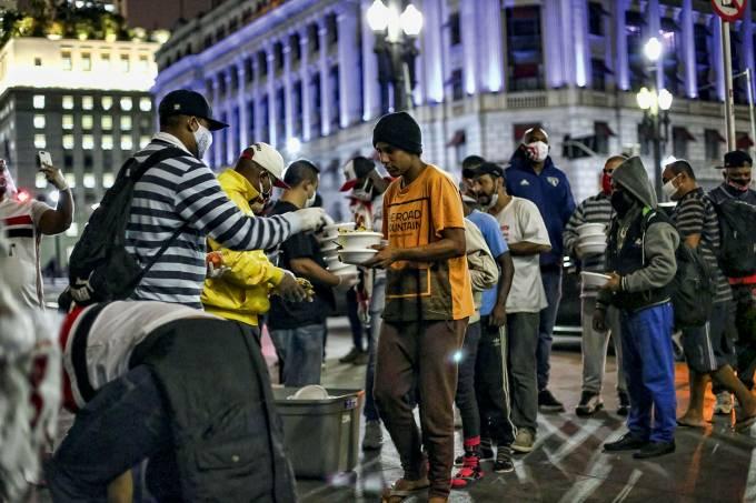Torcida do São Paulo distribui alimentos Coronavírus
