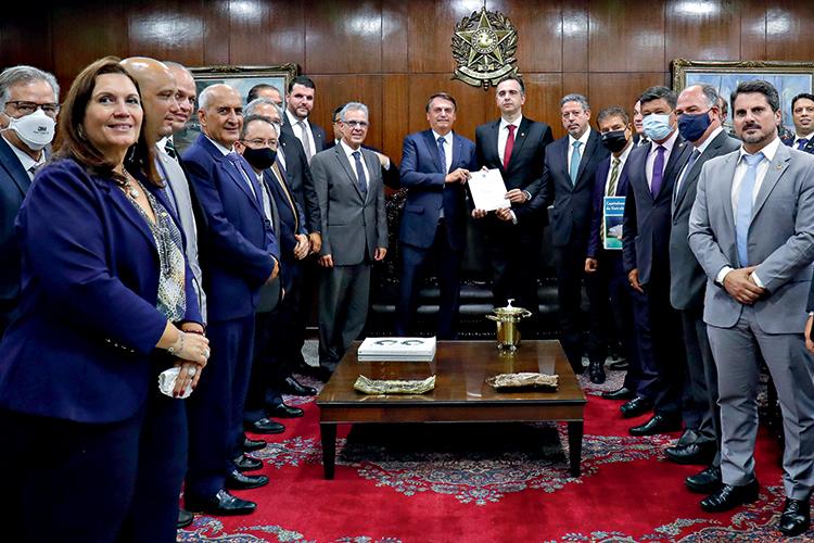 Bolsonaro no Congresso com outras pessoas da política