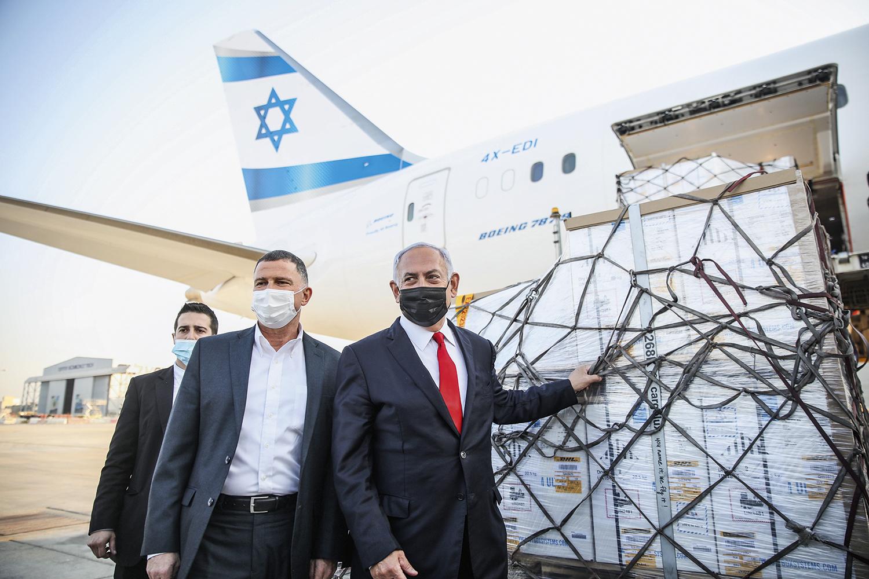 EM CAMPANHA -Netanyahu (de máscara preta) recebe o primeiro lote de doses: triunfo político às vésperas da eleição -