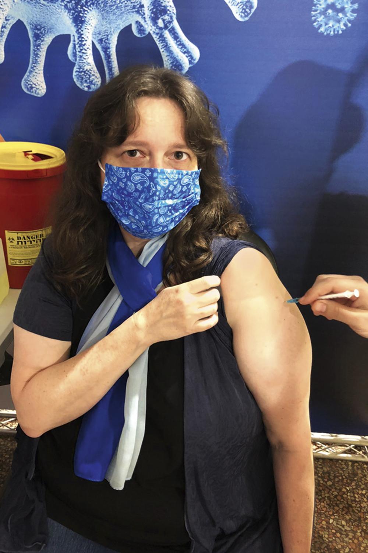 A repórter Daniela Kresch recebe a segunda dose da vacina contra o covid 19