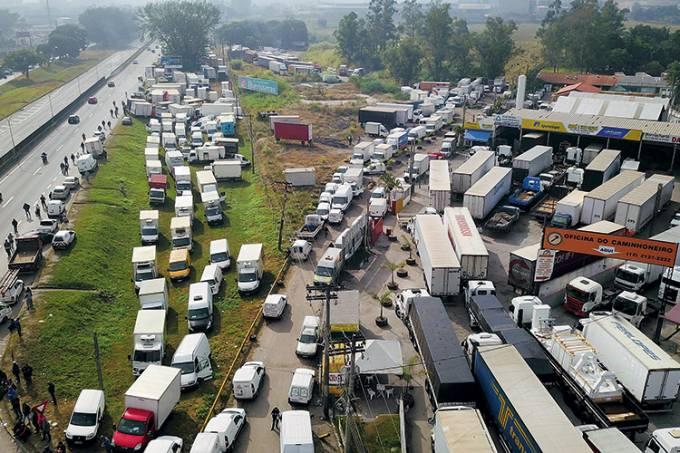 Protesto de caminhoneiros causa falta de combustÌveis no interior de S¿o Paulo