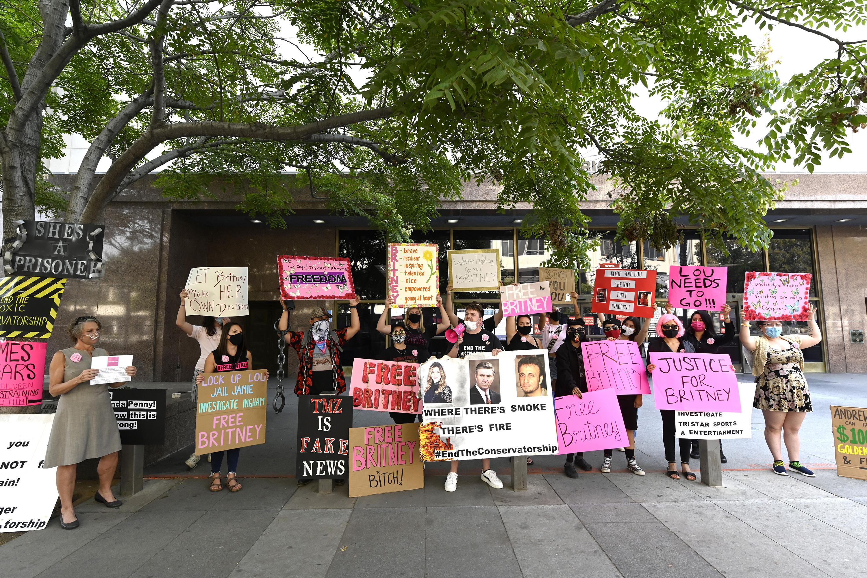 Fãs protestam em apoio a Britney Spears do lado de fora do tribunal de Los Angeles, em setembro de 2020