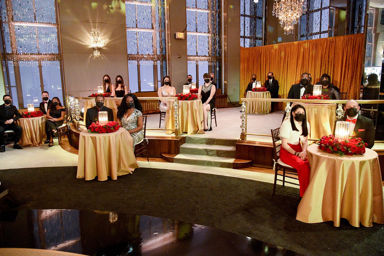 Os trabalhadores da linha de frente e de serviços essenciais comparecem como convidados durante o 78º Prêmio Anual do Globo de Ouro, em Nova York -