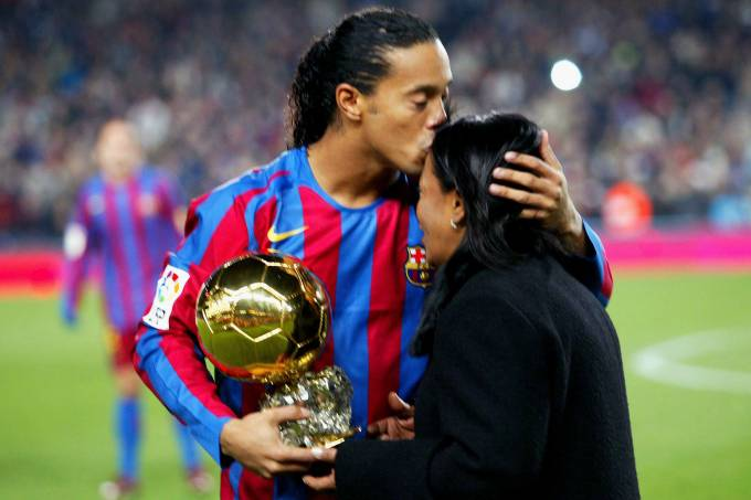 Ronaldinho beija a mãe ao receber a Bola de Ouro de 2005, no Camp Nou