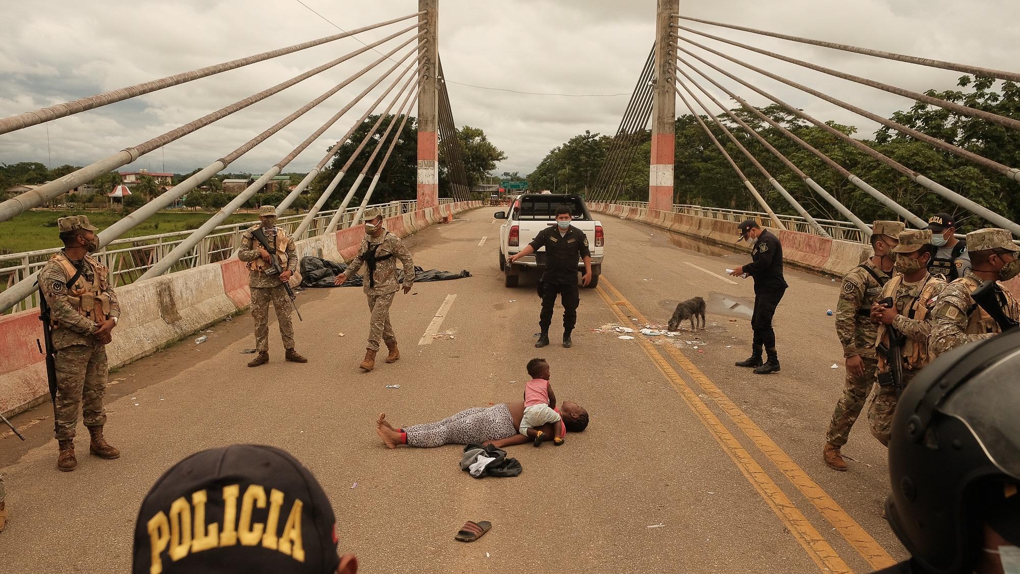 Haitiana passa mal durante tumulto na ponte que separa o Acre da região de Iñapari, no Peru