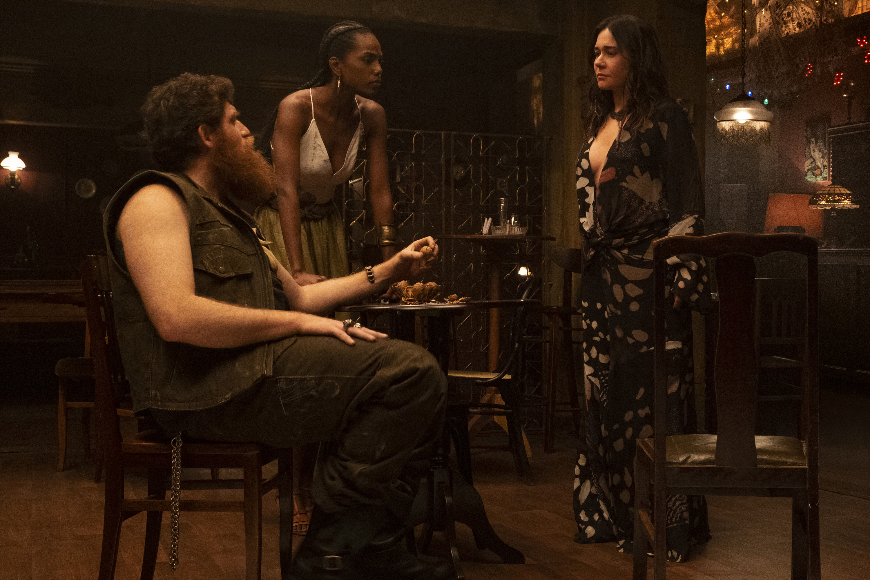 Jimmy London (Tutu), Jessica Cores (Camila) e Alessandra Negrini (Inês) na série 'Cidade Invisível' -