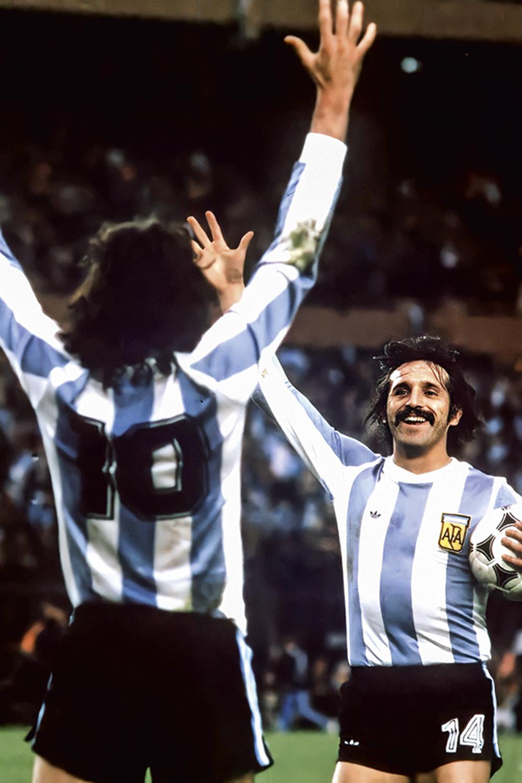 TRIUNFO EM CASA -Luque (de frente), ao lado de Mário Kempes: quatro gols na Copa do Mundo de 1978 -