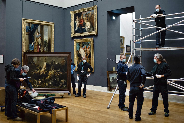 QUADRO A QUADRO -Equipes movimentam pinturas: limpeza de 4500 molduras e reposição de placas -