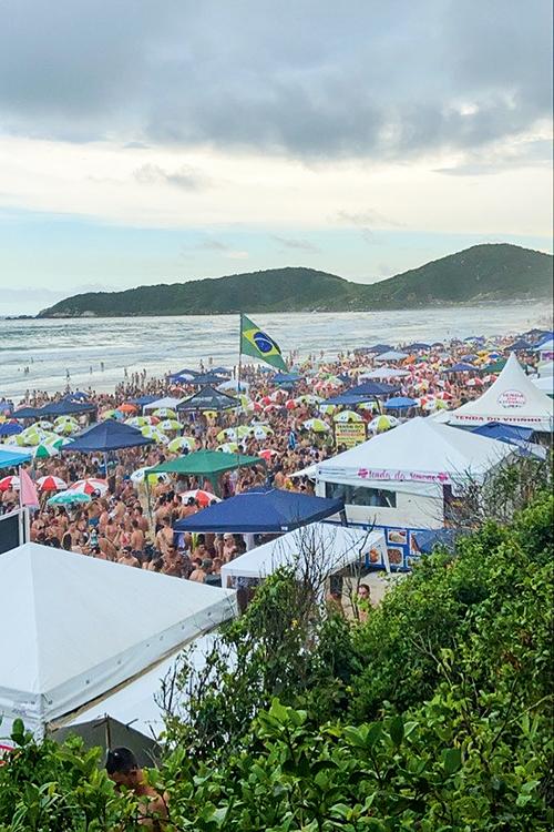 FOLIA SEM LEI- Praia do Rosa, em Santa Catarina: a multidão ignorou o cancelamento do Carnaval -