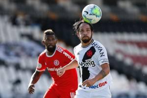 Benítez, do Vasco, em disputa de bola com Rodinei, do Internacional