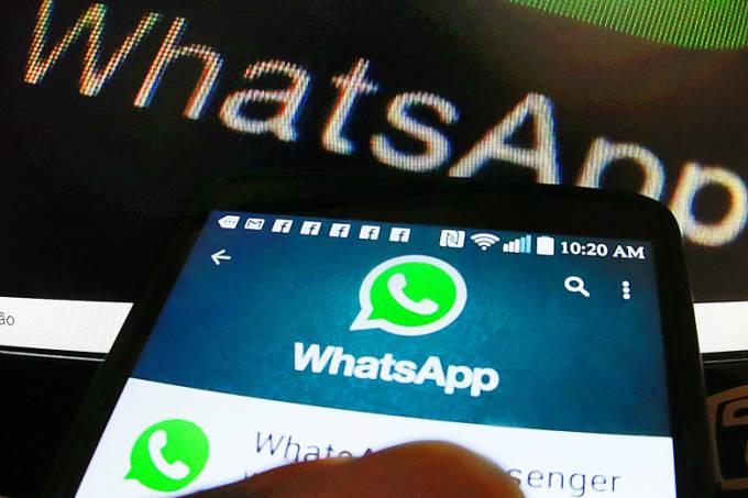 Celular dentro do aplicativo WhatsApp