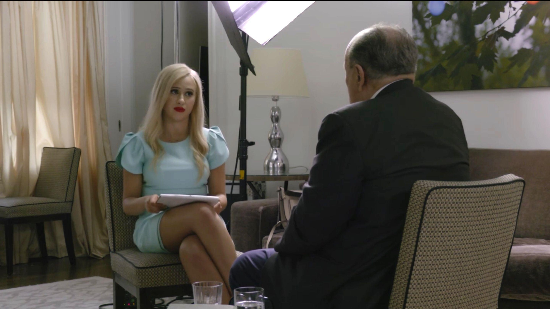 Maria Bakalova entrevista Rudolph Giuliani no filme 'Borat: Fita de Cinema Seguinte'