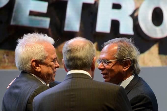 Roberto Castello Branco e Paulo Guedes durante posse