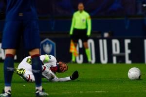 Neymar soefrue lesão em partida contra o Caen, pela Copa da França