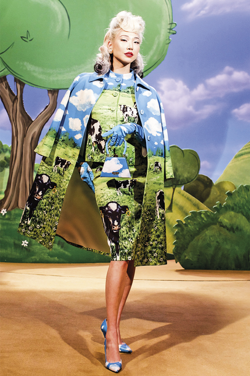 OUSADIA -A italiana Moschino: vaquinhas, céu aberto e pasto na coleção da Semana de Moda de Milão -
