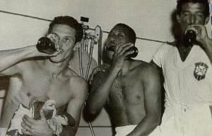 Com companheiros da seleção, em um comercial de refrigerantes, em 1950 –