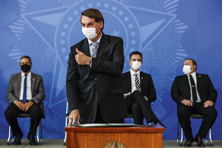 MUDANÇA DE FIGURINO - Bolsonaro: após o discurso de Lula, o presidente participou de uma cerimônia usando máscara contra a Covid-19 -