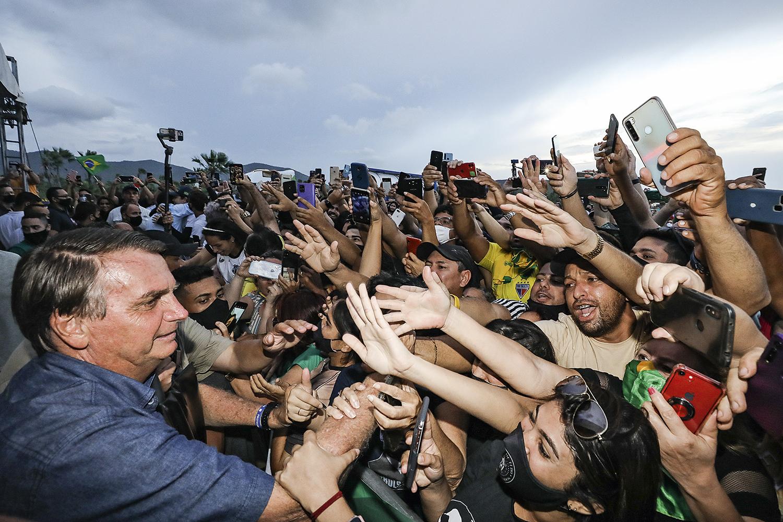 SEM NOÇÃO -Bolsonaro em mais uma aglomeração: o negacionismo do presidente continua em alta -