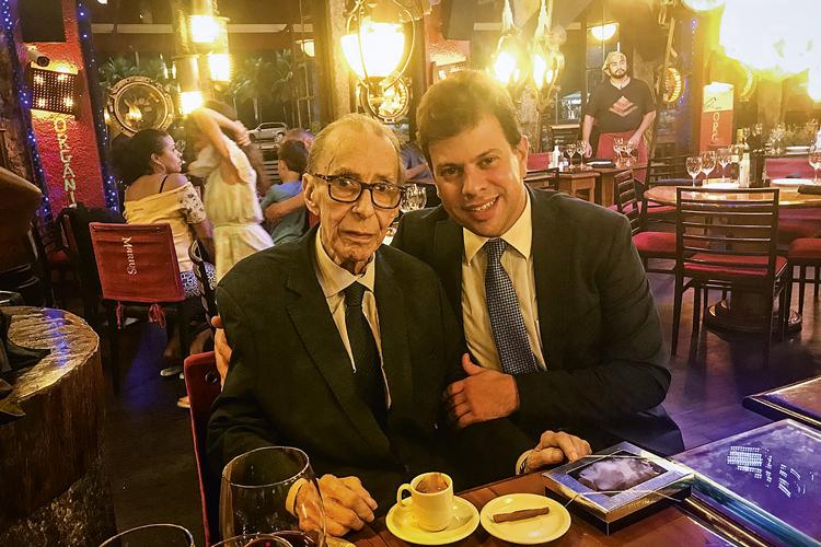 ESPAIRECENDO - João Gilberto, com Miranda, em restaurante carioca: jantar regado a vinho português, o seu preferido -