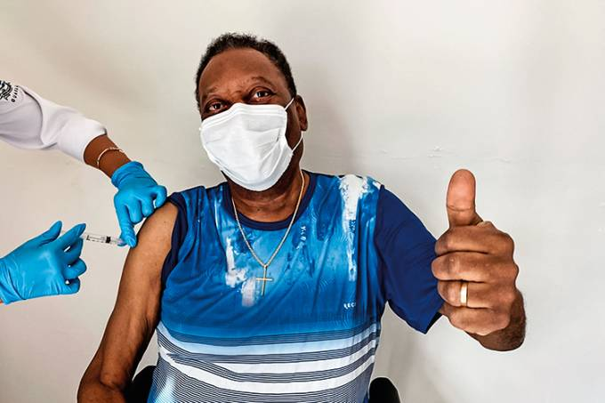 """Pelé recibe vacuna anticovid y dice que fue un momento """"inolvidable"""""""