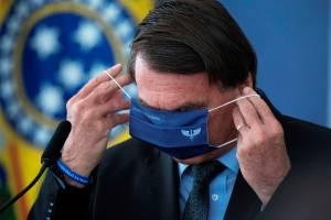O presidente Jair Bolsonaro veste a máscara durante evento onde foi anunciado o investimento para o Programa Águas Brasileiras, hoje no Palácio do Planalto, em Brasília -
