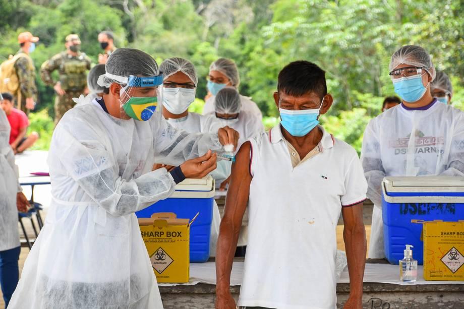 """""""Como a doença está circulando nas comunidades, nossos médicos se preocuparam e trouxeram a vacina para nós para que o nosso povo não desapareça. Chegaram à nossa floresta com muita dificuldade, mas chegaram"""", diz Jovino Pinoá Socot, de 53 anos, agente indígena de saúde na aldeia Taracuá-Igarapé, onde vivem 230 pessoas -"""