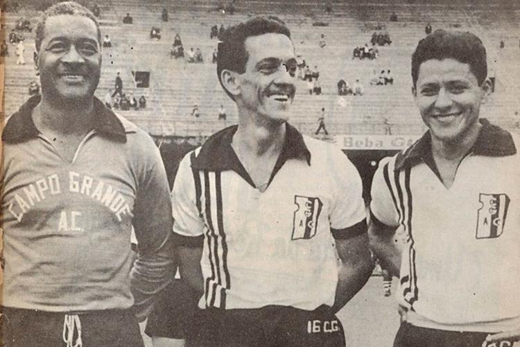 Ao lado de companheiros do Campo Grande, seu último clube na carreira, em 1962 -