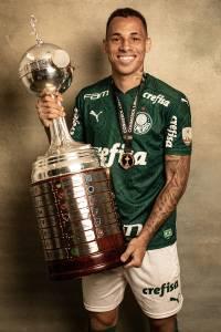 Breno Lopes posando com a taça da Libertadores da América 2020 -