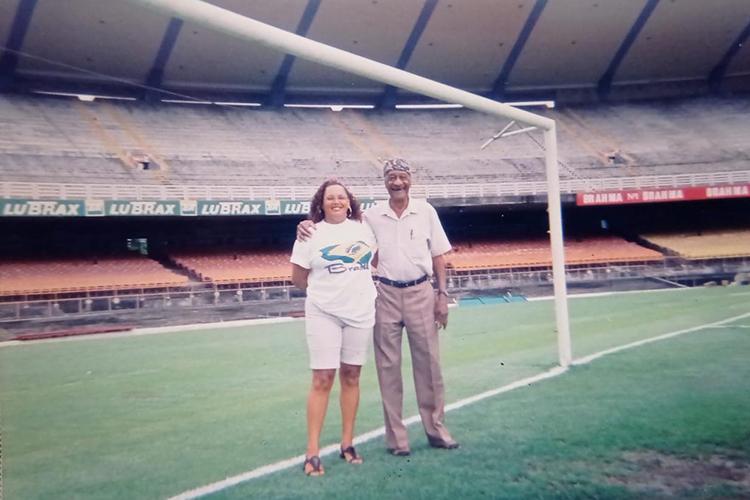 Barbosa e Tereza juntos no Maracanã em registro que desmistifica a história de que ele não pisava mais no estádio -