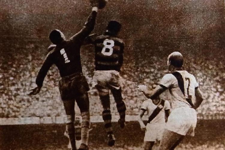 Barbosa em saída característica durante uma partida contra o Flamengo, no Maracanã -