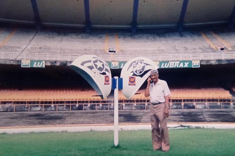Barbosa no antigo orelhão do Maracanã, em visita ao estádio em 1996 -