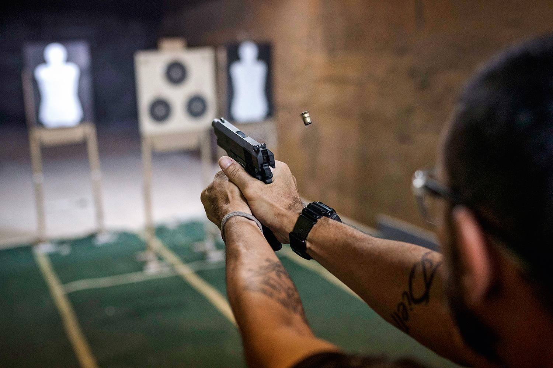 ESPORTE -Clube de tiro: dispositivos voltados para a prática recreativa são adaptados a armas de verdade -