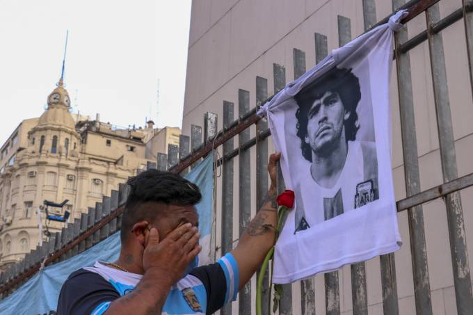 Fã chora a morte de Maradona em Buenos Aires