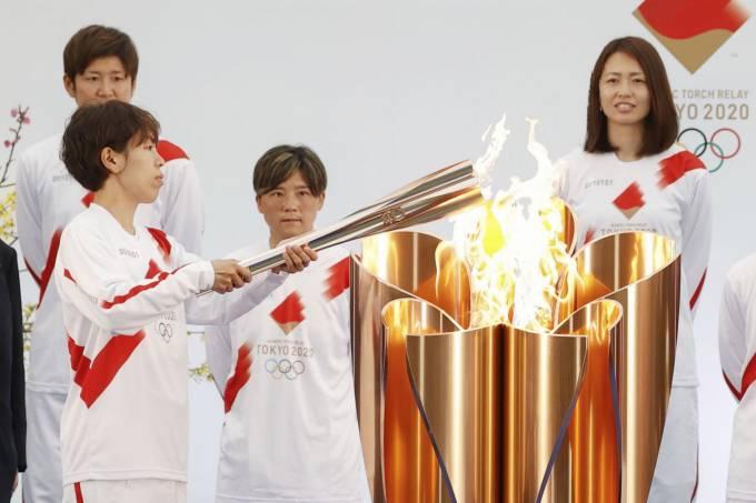 Jogadora de futebol Azusa Iwashimizu (à esq.) acende a chama olímpica em Fukushima