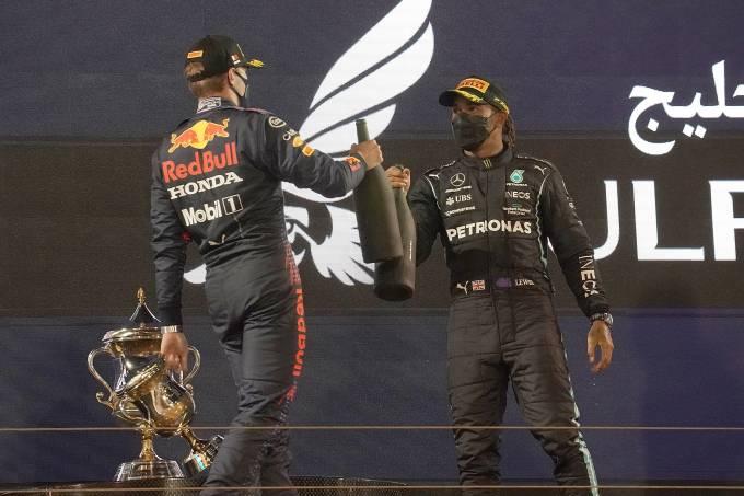 Verstappen e Hamilton se cumprimentam no pódio no Bahrein