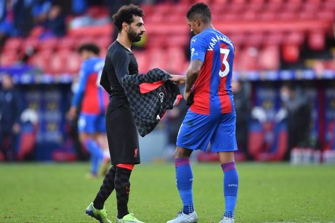 Mohamed Salah, do Liverpool troca de camia com Patrick van Aanholt, do Crystal Palace