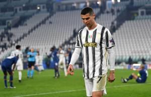 Cristiano Ronaldo deixa o campo após eliminação da Juventus contra o Porto -