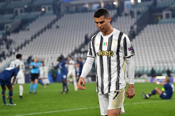 Cristiano Ronaldo deixa o campo após eliminação da Juventus contra o Porto