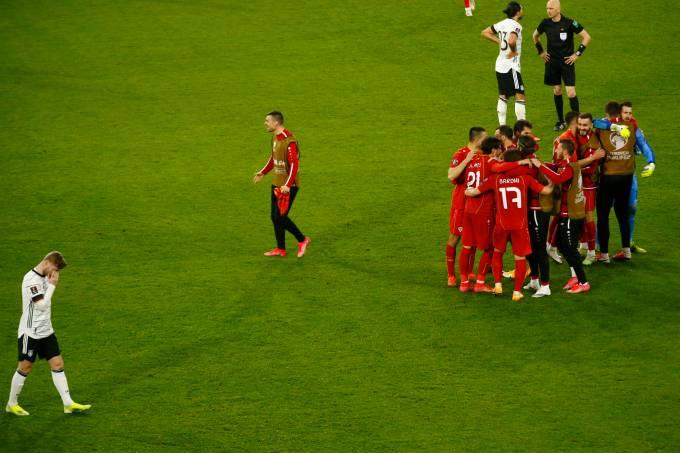 Jogadores da Macedônia do Norte festejam em Duisburgo