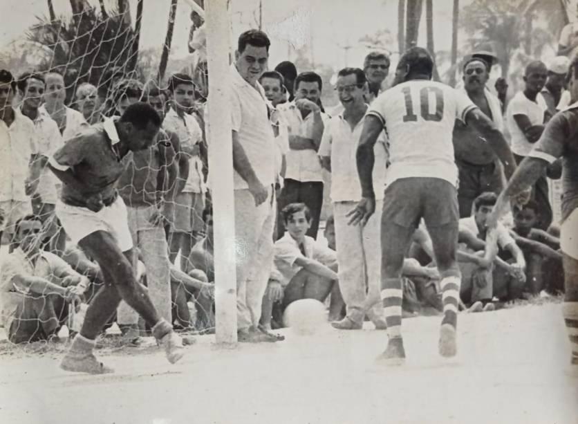 Jogando em campo de terra, com a camisa 10, no aterro do Flamengo -