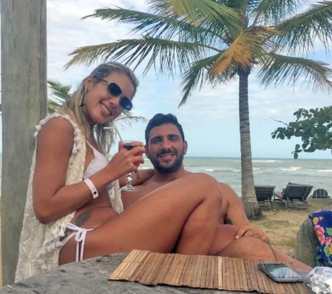 Julia Lotufo posa para foto com miliciano Adriano Magalhães da Nóbrega, chefe do Escritório do Crime