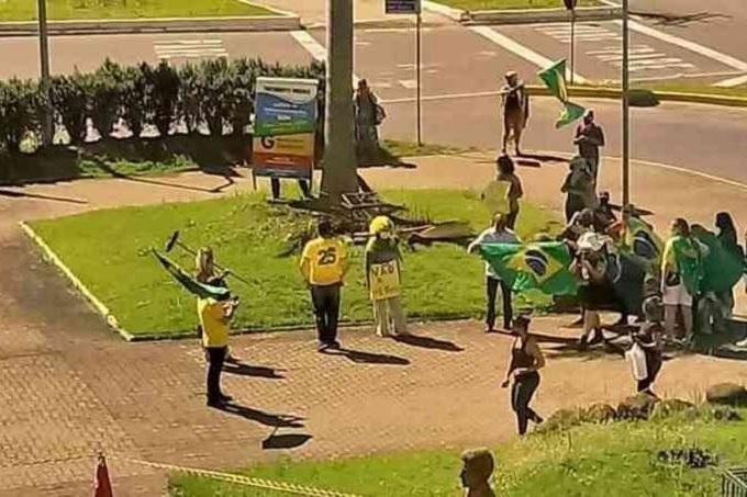 Manifestação no Rio Grande do Sul com caixa de cloroquina