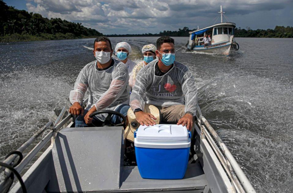 Agentes de saúde levam vacina contra a Covid-19 a comunidade quilombola na fronteira do Pará com o Amazonas