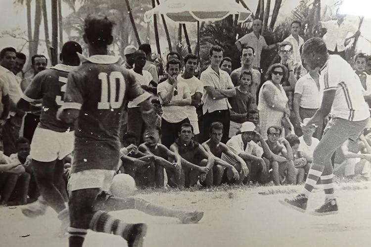 Registro no aterro do Flamengo, chutando para o gol de camisa branca -