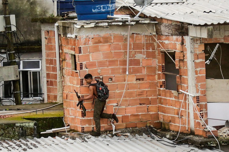 ESTOQUE -Bandido foge em operação policial no Rio: leis flexíveis ajudam a armar o crime organizado -