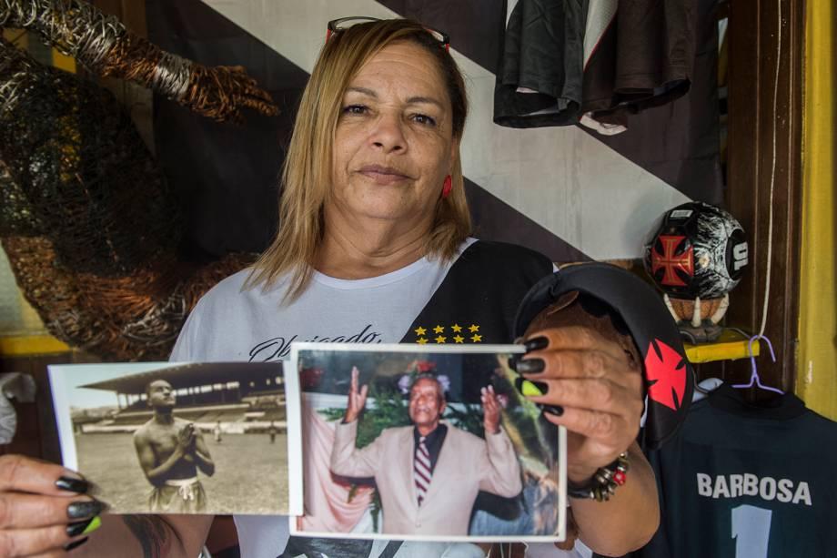Tereza Borba com as fotos dos gestos preferidos de Barbosa -