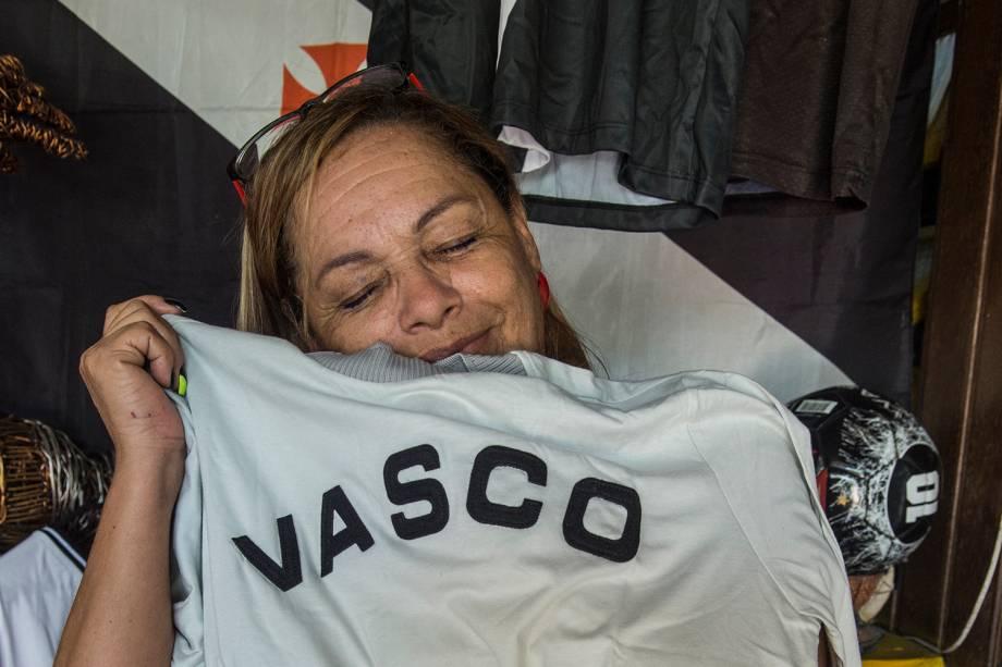 Tereza Borba com uma camisa antiga de goleiro dos tempos de Vasco -