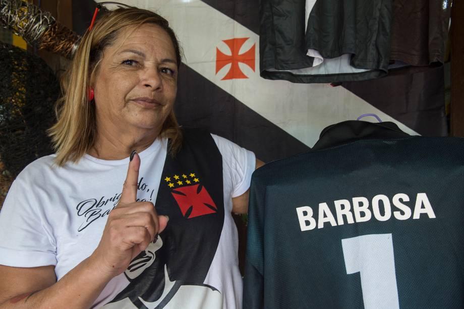 Tereza com uma das dezenas de camisa do Vasco de seu acervo -