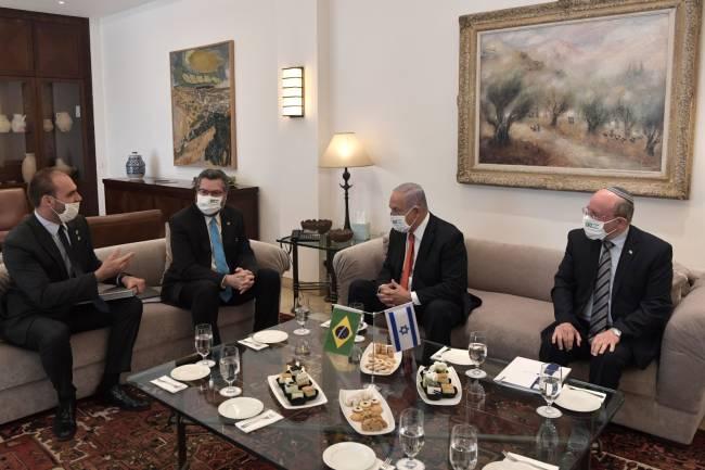Chanceler Ernesto Araújo e deputado Eduardo Bolsonaro em encontro com Benjamin Netanyhu - 08/03/2021