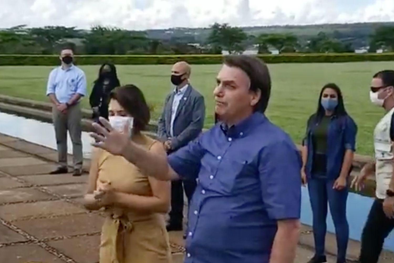 O presidente Jair Bolsonaro fala com apoiadores no Palácio da Alvorada